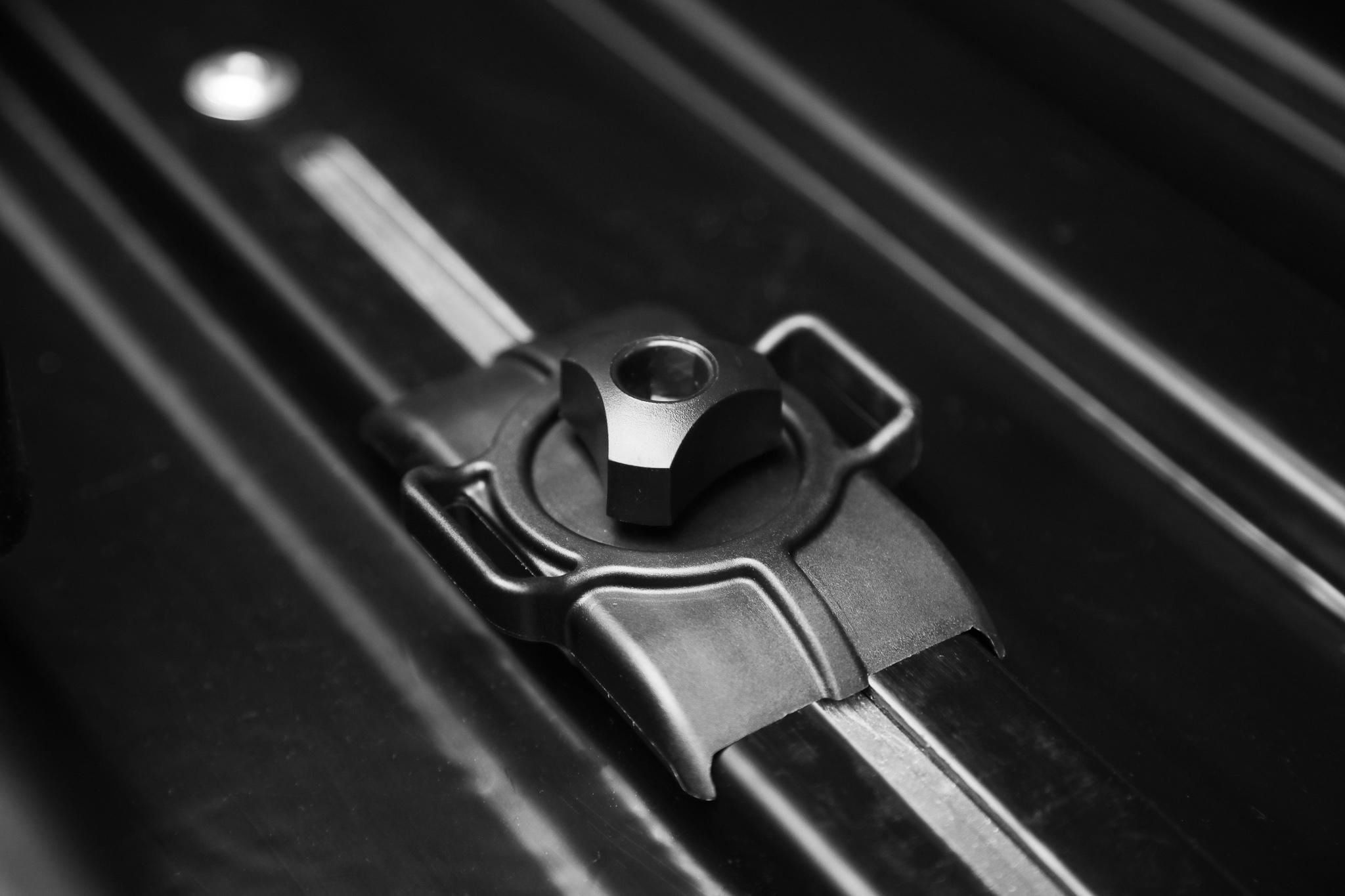 Болты крепления к дугам багажника в боксе LUX
